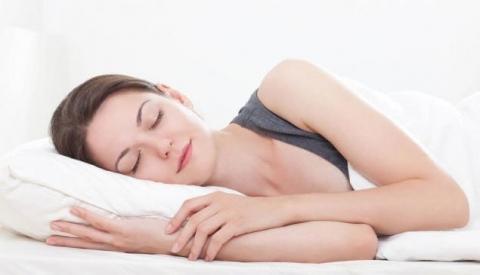 Chọn nệm cho người ngủ nằm nghiêng bị đau nhứt bả vai và mông sau ngủ